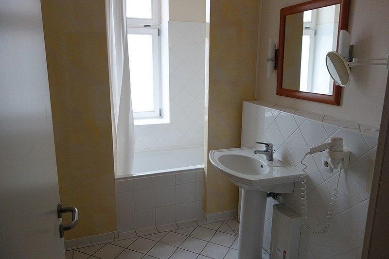 Helles Badezimmer mit Badewanne Wohnung 1