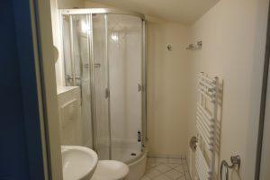 Badezimmer mit Dusche und WC Wohnung 11