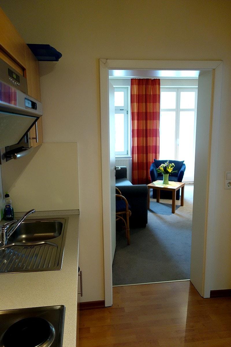 Blick von der Küche ins Wohnzimmer Wohnung 10