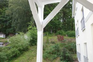 Seitlicher Balkon mit Blick zum Wald der Granitz