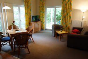Blick durch die Wohnung 3 mit Garten und Terrasse