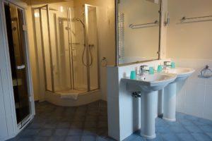 Großes Badezimmer 1 mit Wanne, Dusche und Privatsauna