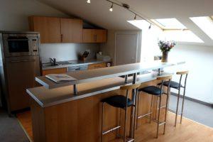 Helle Küche mit Tresen Wohnung 13