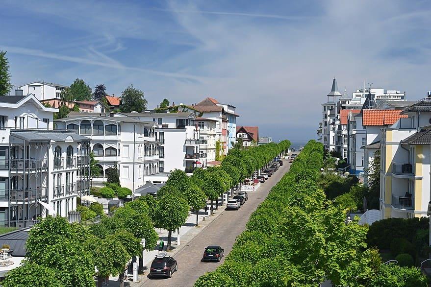 Blick auf die Wilhelmstraße und die Ostsee vom Balkon der Wohnung 13