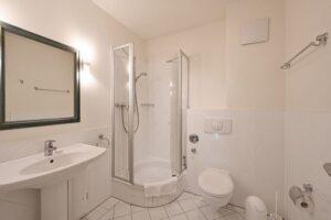 Badezimmer mit Dusche Wohnung 10