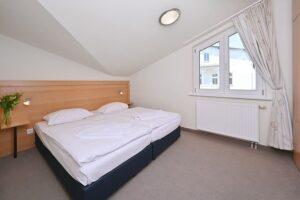 Schlafzimmer mit Doppelbett 1,80 m*2,00 m