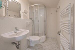 Badezimmer mit Dusche Wohnung 11