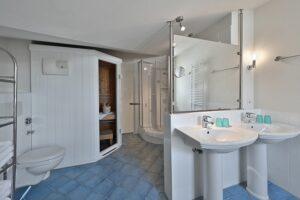 Badezimmer mit Sauna Wanne und Dusche