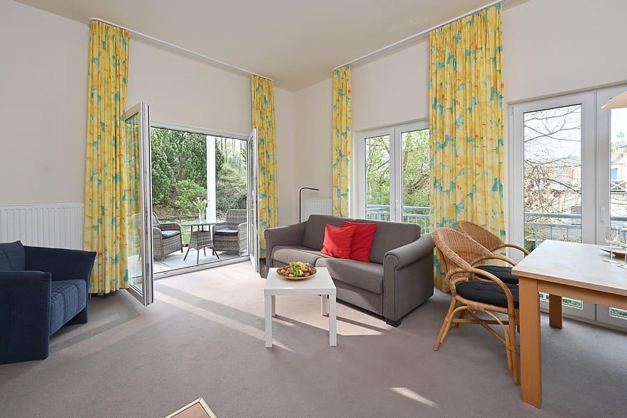 Wohnzimmer Wohnung 4 mit Blick in den Garten
