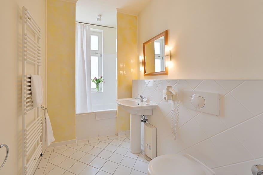 Helles Badezimmer mit Badewanne Wohnung 5