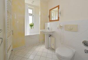 Helles Badezimmer mit Badewanne Wohnung 9
